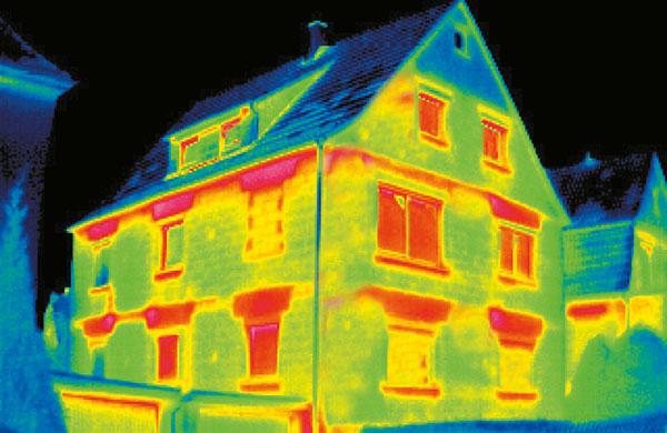 Aufnahme von Wärmebildkamera: Haus mit Wärmeverlust