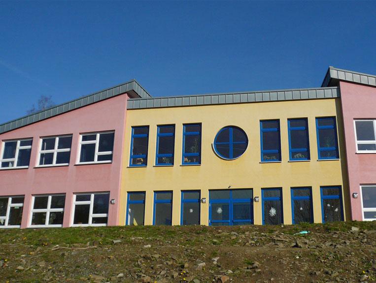 Referenzen: Mehrfamilienhaus mit neuen Fenstern