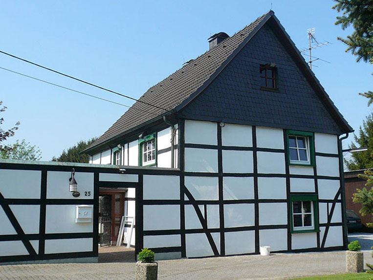 Referenzen: Denkmal geschütztes Haus mit neuen Fenstern
